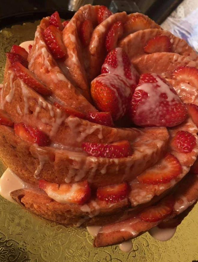 FRESH STRAWBERRY POUND CAKE (WITH STRAWBERRY GLAZE!)